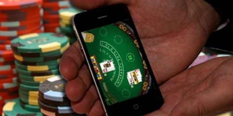 Scommesse online, il 13% adolescenti 'punta' tramite lo smartphone