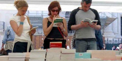 Mercato libri, torna il segno più dopo 4 anni. Ebook in crescita ma calano i lettori