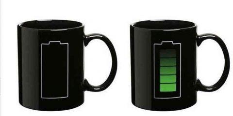 Una tazza di tè per ricaricare i cellulari