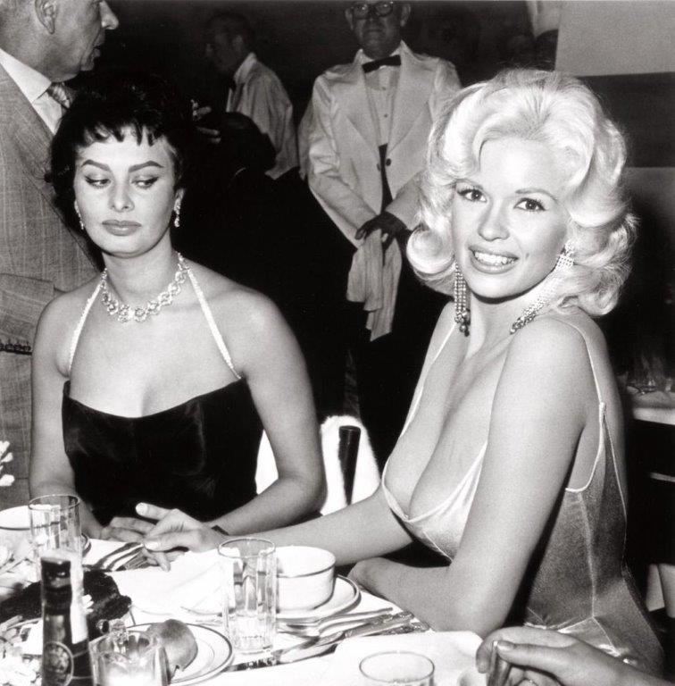 L'occhio vigile di Sophia Loren su Jayne Mansfield (1957)