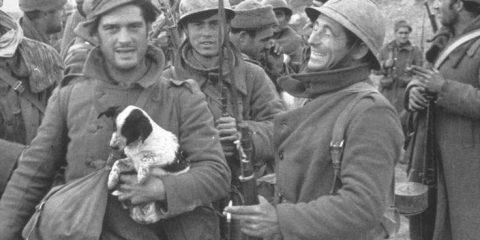 Penne e baionette. Guerra civile in Spagna: George Orwell con il cucciolo in braccio e dietro di lui Ernest Hemingway