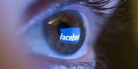 Facebook accusata di 'relazione abusante' con gli utenti