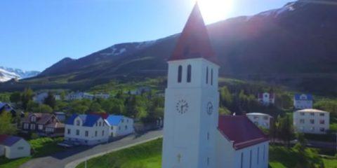 Video droni. L'Islanda vista dal drone: Geyser, mare, rocce e verde accecante