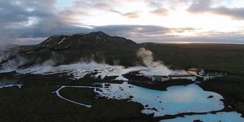 Video Droni. Prendimi l'anima: la bella Islanda, tra geyser e scogliere, vista dal drone