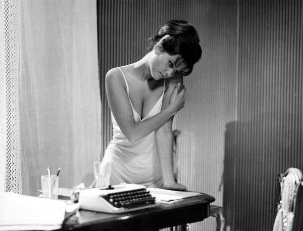 La sottoveste più bella del mondo: Claudia Cardinale in 8 e mezzo ...