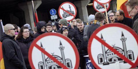 IlSocialPolitico. Colonia: la rete si scaglia contro immigrati e polizia