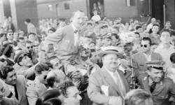 Stanlio e Ollio portati in trionfo al loro arrivo a Roma Termini (luglio 1950)