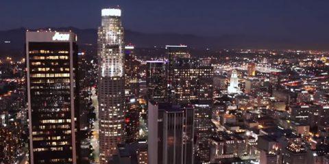 Video Droni. Immensa e brulicante: Los Angeles di notte vista dal drone
