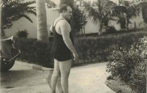 Al Capone in costume da bagno nella sua villa di Long Island (1929)