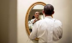 Obama intento ad addomesticare il suo papillon