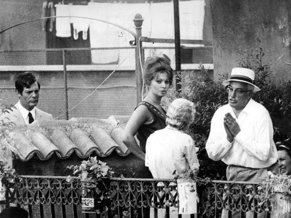 """Sophia Loren, Vittorio De Sica, Marcello Mastroianni e Tina Pica sul set di """"Ieri, oggi, domani"""" (1963)"""