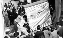 1956: Operai intenti a caricare un Hard Drive IBM da 5 Megabyte