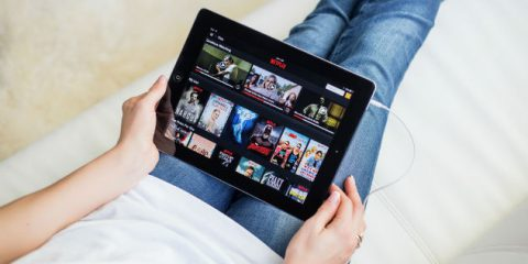 Svolta Netflix: ok al download dei contenuti per vederli offline. Ecco come si fa