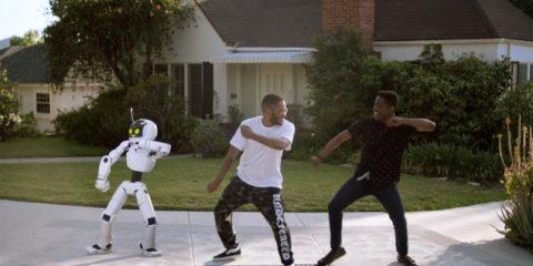 Quando il robot lancia il nuovo album (video)
