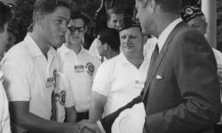 Bill Clinton stringe la mano al Presidente J.F. Kennedy nel 1963