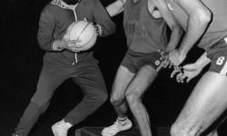 Fidel Castro gioca a basket con gli studenti di Cracovia durante una visita ufficiale in Polonia (1972)