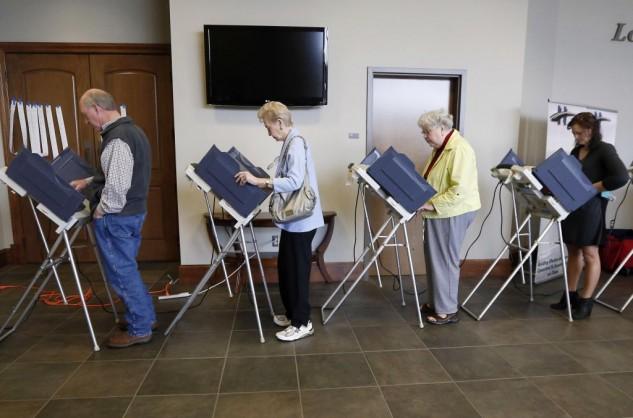 Americani mentre votano con il sistema elettronico