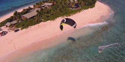 Video droni. Kiteboarding all'isola di Namotu (Fiji-Giappone) visto dal drone