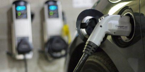 Mobilità elettrica: in cantiere il pacchetto integrato auto e punto ricarica a casa