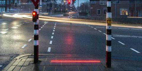Smartphone, semafori speciali per gente sempre al telefono in Olanda