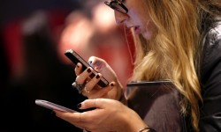 donne_smartphone_Cloud_In_Touch