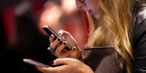 Mobile broadband, italiani incollati allo smartphone per tre ore al giorno