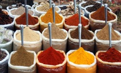I colori delle spezie rendono allegra la giornata