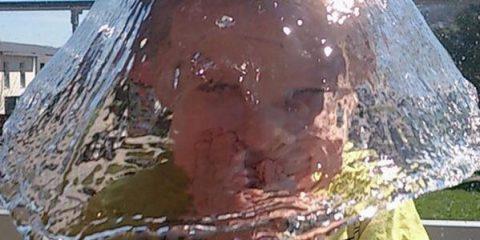 L'attimo fuggente: ecco come una secchiata d'acqua si trasforma in un cappellaccio