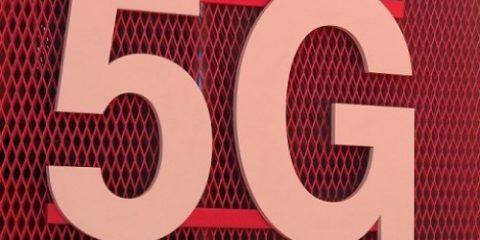 5G, base d'asta di 2,5 miliardi. Pagamento a rate per i 700 Mhz