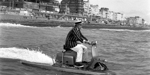 Moto impossibili e visioni del futuro: una due ruote capace di sgommare in acqua (1964)