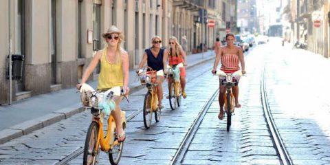 Mobilità sostenibile e bike sharing, Milano punta a 12 mila biciclette. C'è anche l'Internet delle cose