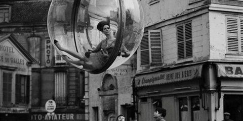 I folli anni Sessanta: Parigi, la donna nella bolla (1963, foto di Melvin Sokolsky)