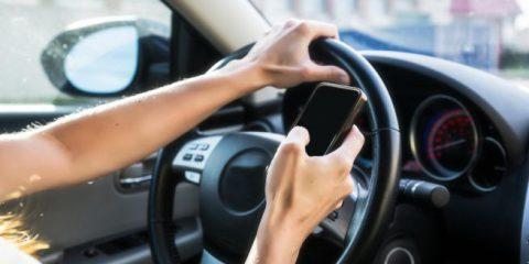 Sicurezza stradale, giro di vite sullo smartphone in auto