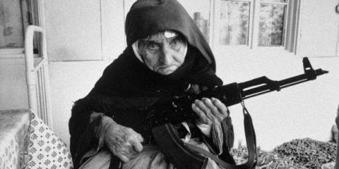Donne… Du-du-du… Anziana donna armena protegge la sua casa con un mitragliatore AK-47 (1990)