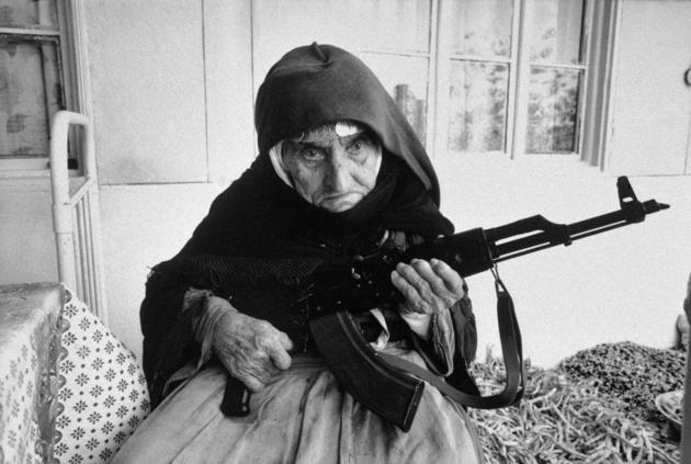 Anziana donna armena protegge la sua casa con un mitragliatore AK-47 (1990)