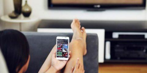 Facebook, il 94% dei telespettatori Usa guarda la Tv con lo smartphone in mano