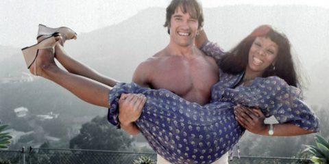 Le foto con le corna, prima di Berlusconi. Arnold Schwarzenegger e Donna Summer (Los Angeles, 1977)