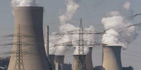 Mercato elettrico, Ue divisa su stop a sussidi per centrali inquinanti. Basta prelievi dalle bollette