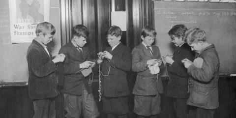 Quando non c'era la Playstation: Ragazzi intenti all'uncinetto nella ricreazione a scuola (Seattle 1918)
