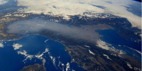Inquinamento, 10 milioni di morti nel mondo. E in Italia tornano a crescere le emissioni di CO2