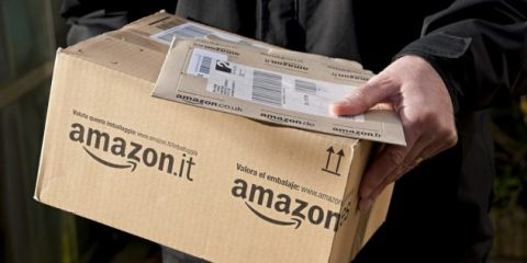 'Amazon non può consegnare i pacchi violando le regole'. Multa di 300mila euro da Agcom