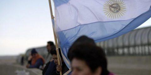 S&P abbassa il rating dell'Argentina, Macron vuole regolamentare internet, Caos conferenza su Libia a Palermo