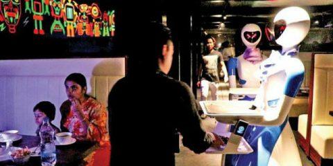 India, ecco il primo ristorante con i camerieri robot (video)