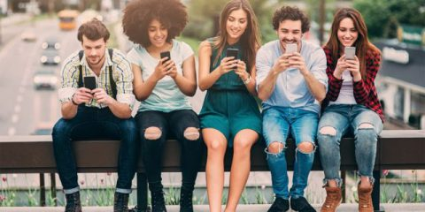 Un italiano su quattro naviga su smartphone, ma le app sono poco usate