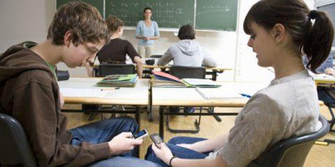 Smartphone a scuola e studenti più distratti, negli USA crescono i casi di suicidi e cyberbullismo