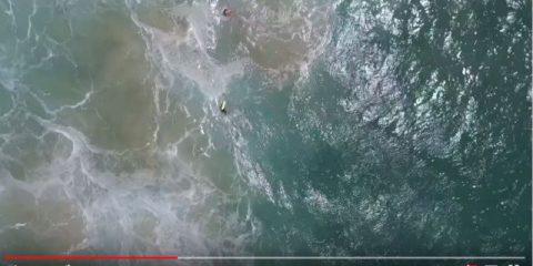 Quando l'aiuto arriva dal cielo. Il drone salva due surfisti (video)