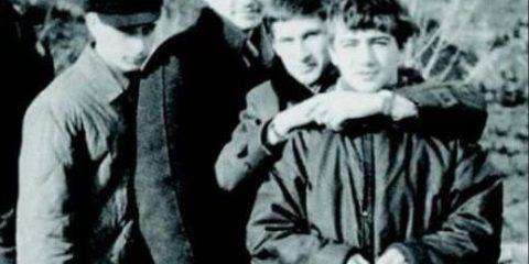 Come erano. Vladimir Putin (il secondo da sinistra) con amici nel 1969, in occasione di un seminario sulla sicurezza