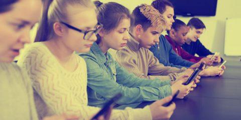 No smartphone in classe, il primo ok del Parlamento francese