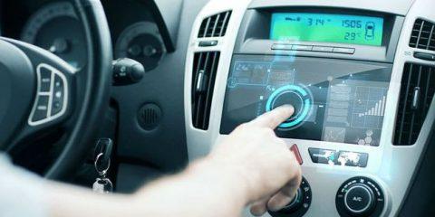 Smart car, display di stereo e navigatore proiettati sul cruscotto