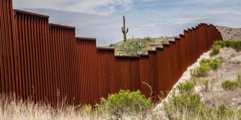 Trump insiste sul muro con il Messico, La coalizione piu' costosa della Merkel, Berlusconi gioca la carta razziale